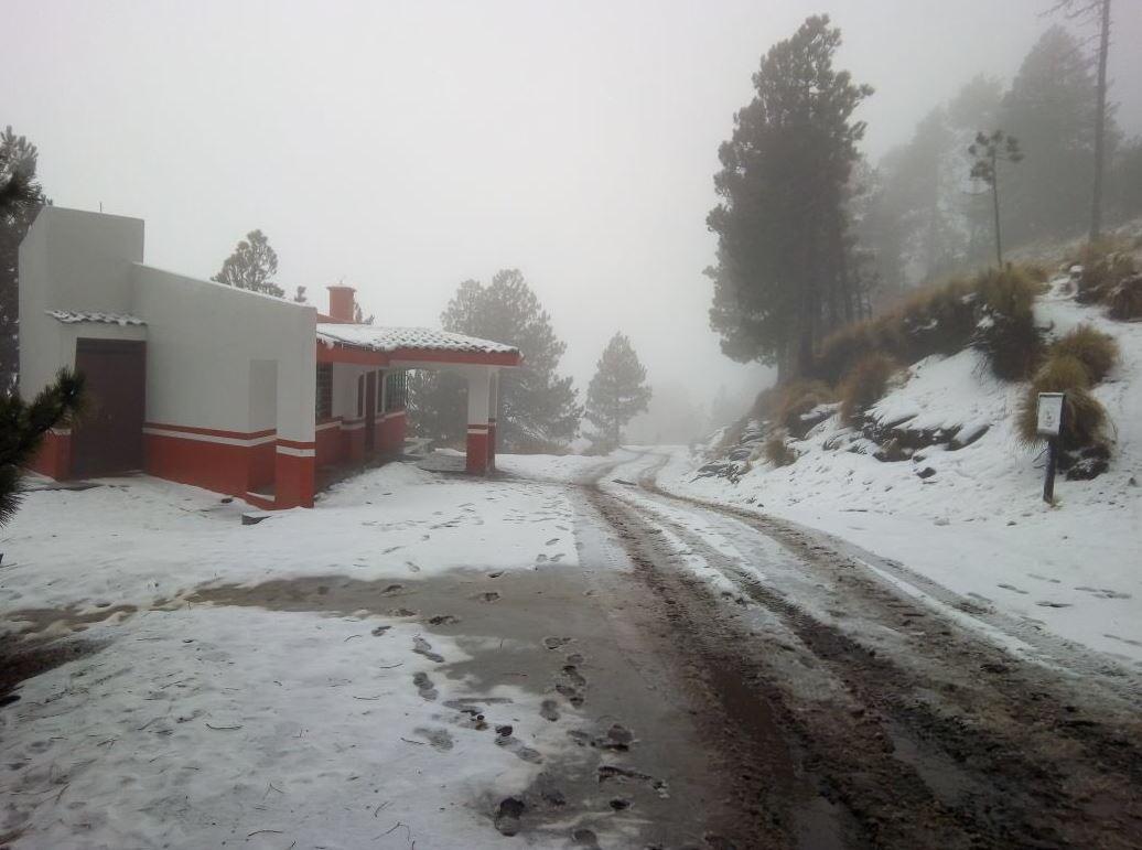 Por nieve, cierran Nevado de Colima