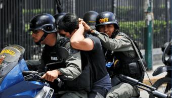 Policías venezolanos durante arresto de manifestantes