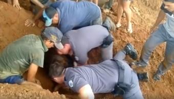 Policías salvan a niña sepultada en barro en Sao Paulo, Brasil