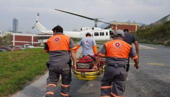 Trasladan en helicóptero a dos personas lesionada en accidente vial en Monterrey. (Twitter/@PC_NuevoLeon)