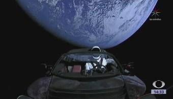 Un automóvil está en la órbita de la Tierra