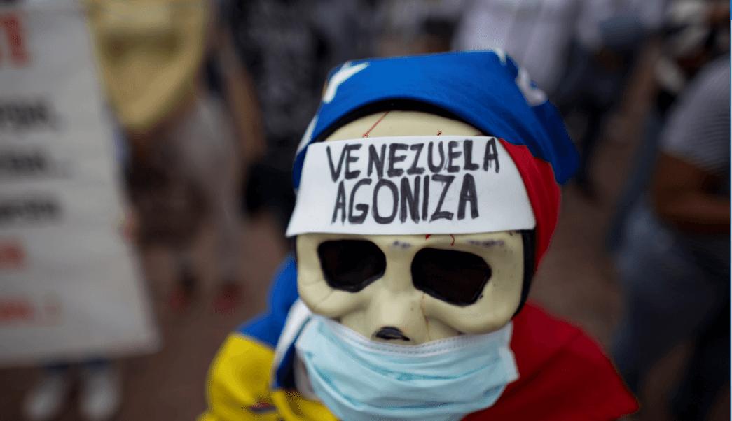 Una mujer participa en una protesta en Venezuela