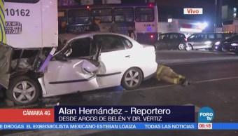 Vehículo se impacta con camión en Arcos de Belén y Doctor Vértiz, CDMX