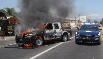 Hombres armados queman vehículos y encabezan bloqueos en Michoacán; hay 18 detenidos