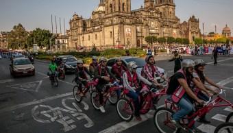 Policía 'taclea' a ladrón de bicicleta en Ciudad de México