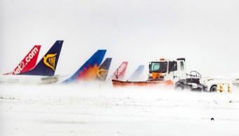 Más de 300 vuelos cancelados en Londres por el temporal de nieve