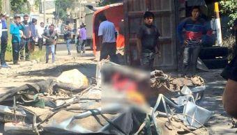 Tráiler choca y vuelca sobre vehículo particular en Huixquilucan, Edomex.(Twitter/@SUUMA_CDMX)