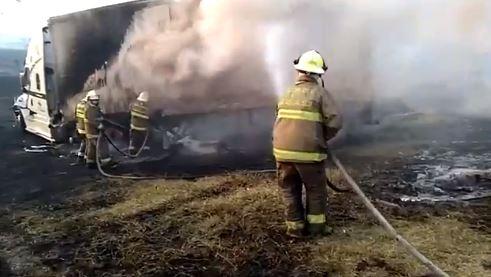 Se incendian vehículos en carretera a Tepatitlán por choque