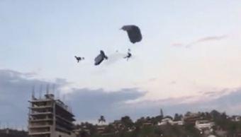 Muere paracaidista al chocar con otro en Puerto Escondido, Oaxaca
