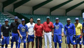 AMLO entrena con jugadores de béisbol de las Guacamayas