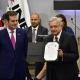 López Obrador solicita registro como candidato ante el INE