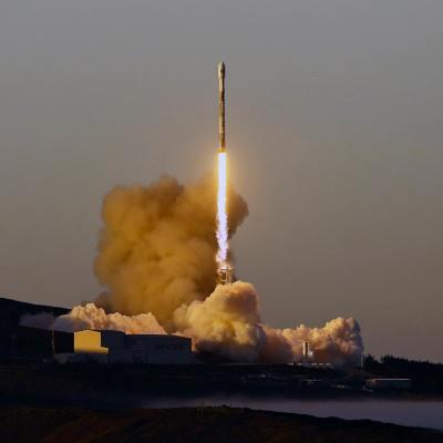 SpaceX lanza con éxito el cohete con 10 satélites de telecomunicaciones