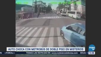 Auto choca contra Metrobús en Calzada de los Misterios, CDMX