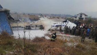 Avión se estrella al aterrizar en Katmandú, Nepal; se desconoce si hay víctimas