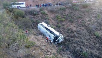 Cae transporte de personal a barranco en San Luis Potosí