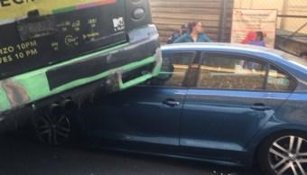 camión de transporte publico arrolla auto en periferico