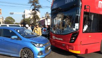 Unidad del Metrobús choca en avenida de los Misterios