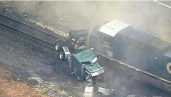 Derrame químico en EU tras choque de tren con camión