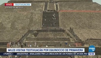 Cientos de turistas celebran la llegada de la primavera en Teotihuacán