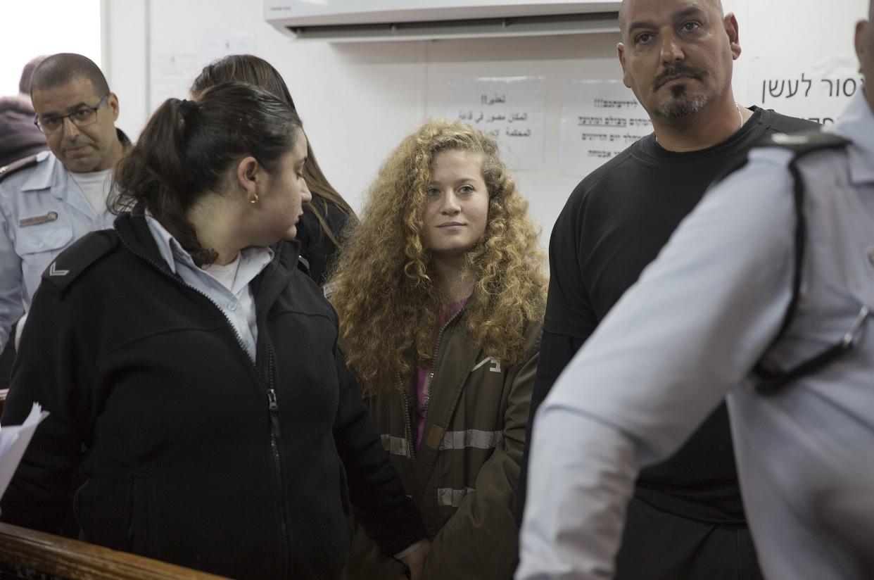 La adolescente palestina Ahed Tamimi fue sentenciada a ocho meses de prisión