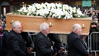 ¿Qué significan las flores en el funeral de Stephen Hawking?