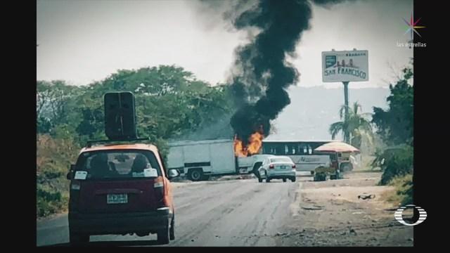 Grupos criminales bloquean carreteras en Michoacán