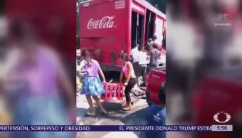 Habitantes de Veracruz cometen rapiña contra camión de refrescos
