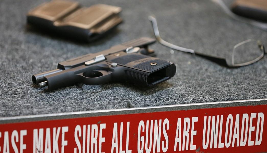 Maestro dispara accidentalmente su arma en clase en California; hay tres heridos