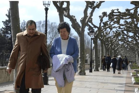 Mellizos de madre sexagenaria espanola irán con familia de acogida
