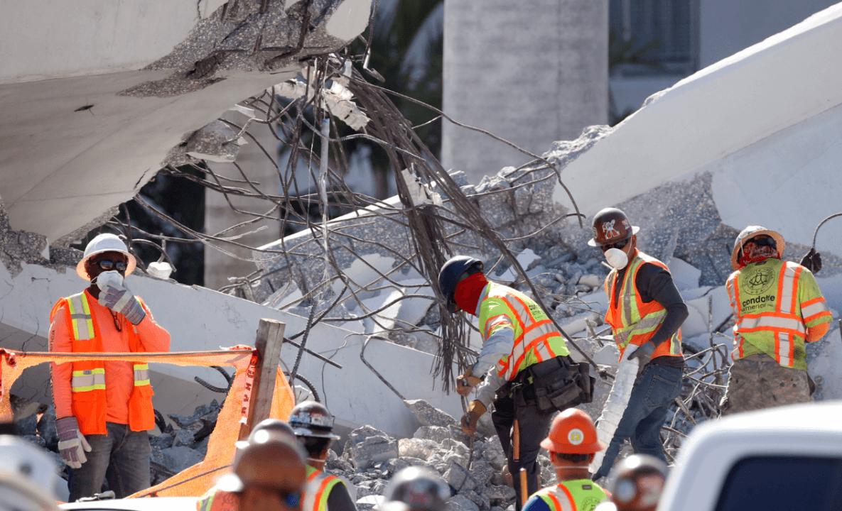Rescatistas intentan recuperar los cuerpos bajo el puente derrumbado en Miami