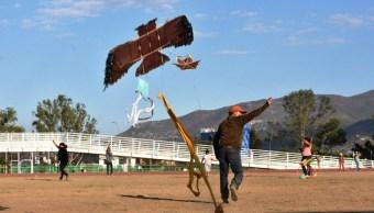 Realizan concurso anual de papalotes en Oaxaca para despedir a aves migratorias