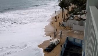Cierre de escuelas y carreteras por alto oleaje al norte de Puerto Rico