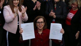Gobernadora Oregon promulga ley control armas