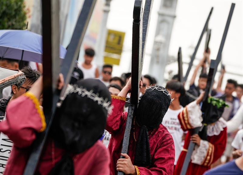 Penitentes filipinos eximen sus pecados con ritos sangrientos en Jueves Santo. (EFE)