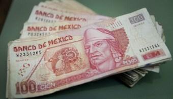 El peso se deprecia por el avance del dólar
