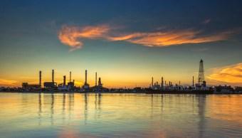 El petróleo cae por aumento de reservas en Estados Unidos