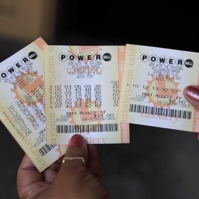 Compró 30 boletos de lotería y ganó 150 mil dólares