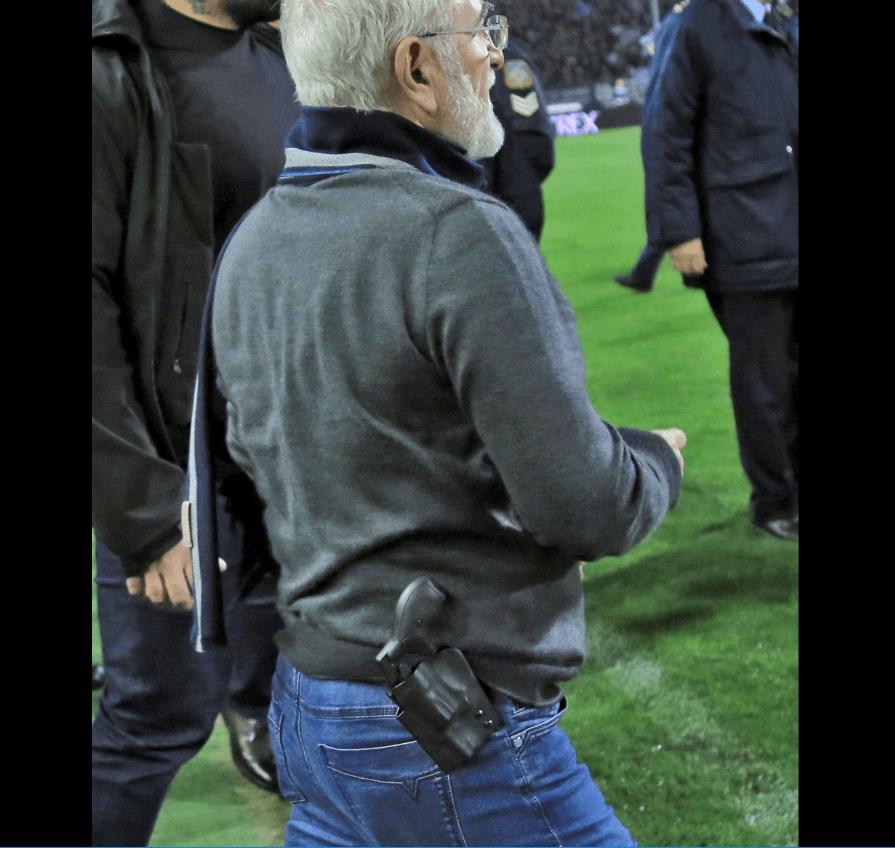 Presidente del PAOK, Ivan Savidis, con arma. (Reuters)