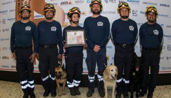 Binomios caninos reciben premio por su labor tras los sismos de septiembre. (Twitter/@SalaPrensaUNAM)