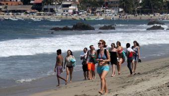 Turistas disfrutan de playas de Puerto Escondido, Oaxaca, durante 'puente'