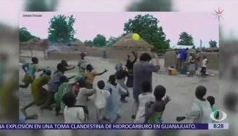 Reacción de niños de aldea en África tras recibir un globo
