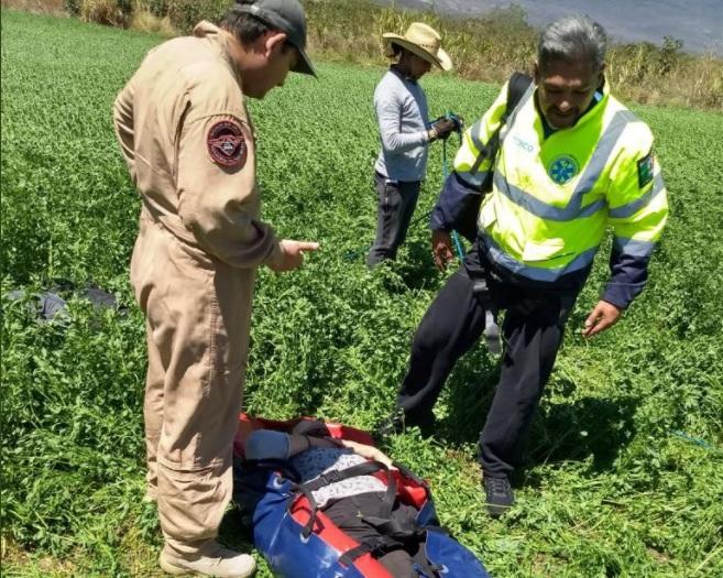 rescatan a mujer que cayo de parapente en barranca en jalisco