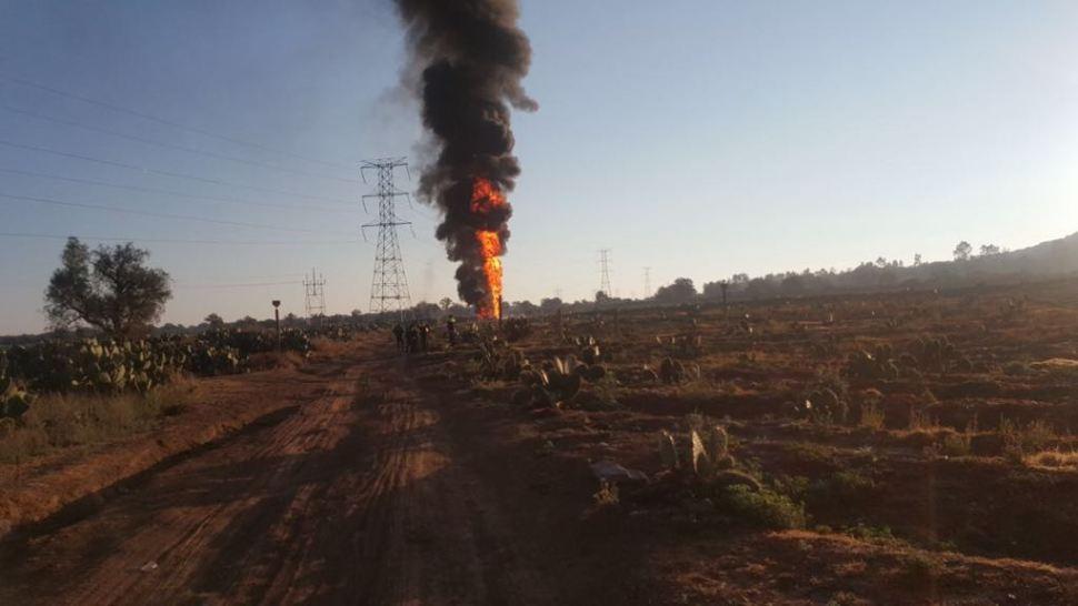 Se incendia ducto de Pemex en Axapusco, Edomex, por toma clandestina