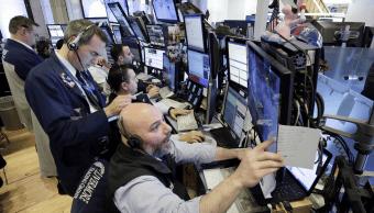 Wall Street cierra baja; pesan tecnológicas y caída del crudo