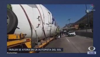 Tráiler Queda Atorado Bajo Puente Autopista Del Sol
