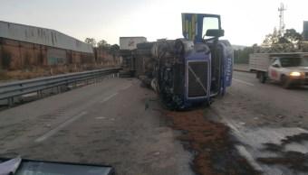 Tráiler vuelca después saltar rampa emergencia en autopista México Puebla