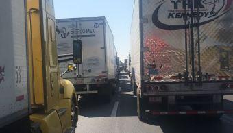 Vuelca tráiler con botellas de vidrio en la autopista México-Querétaro