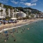 Turistas disfrutan de las playas en Puerto Vallarta