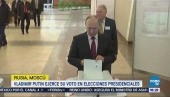 Vladimir Putin ejerce su voto en elecciones presidenciales en Rusia