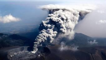 Volcán Shinmoedake de japón despierta y cancela vuelos